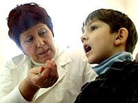 При нормальном развитии дети, слушая чужую речь, обучаются говорить.При нормальном развитии дети, слушая чужую речь, обучаются говорить.