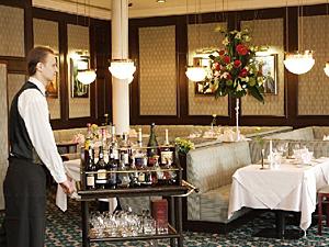 Рестораном при гостинице, на первый взгляд, управлять проще, чем одиночным заведением.